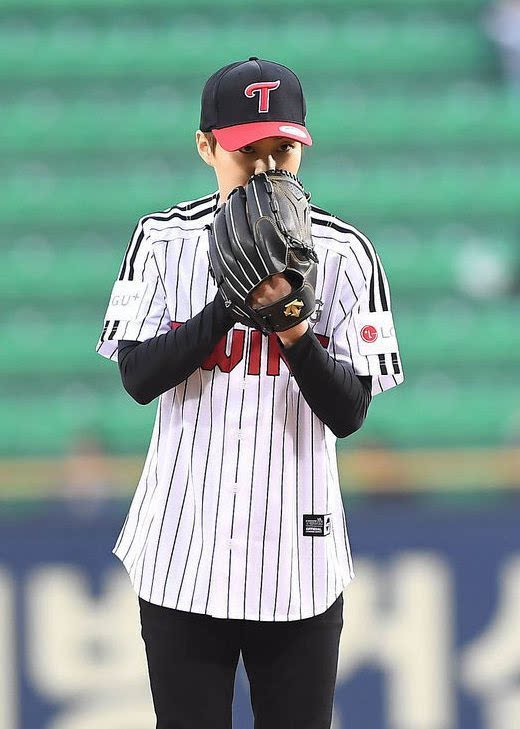 EXO成員XIUMIN坐摩托車為棒球賽開球 洋溢明朗微笑[組圖]