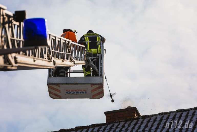 Raus mit dem Ruß! Feuerwehrleute reinigen den Kamin mit einer speziellen Kugelbürste (Alle Fotos: n112.de/Stefan Hillen)