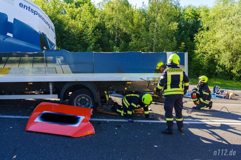 Der Kofferaufbau des Möbel-LKW wurde großflächig abgerissen (Foto: n112.de/Stefan Hillen)