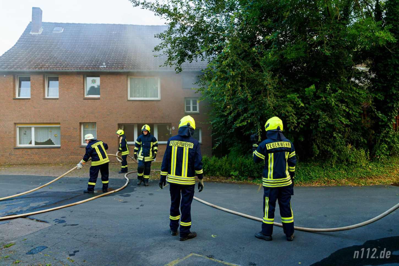 Das an die Scheune angrenze Wohnhaus wurde verraucht, konnte aber vor den Flammen gerettet werden (Foto: n112.de/Stefan Hillen)