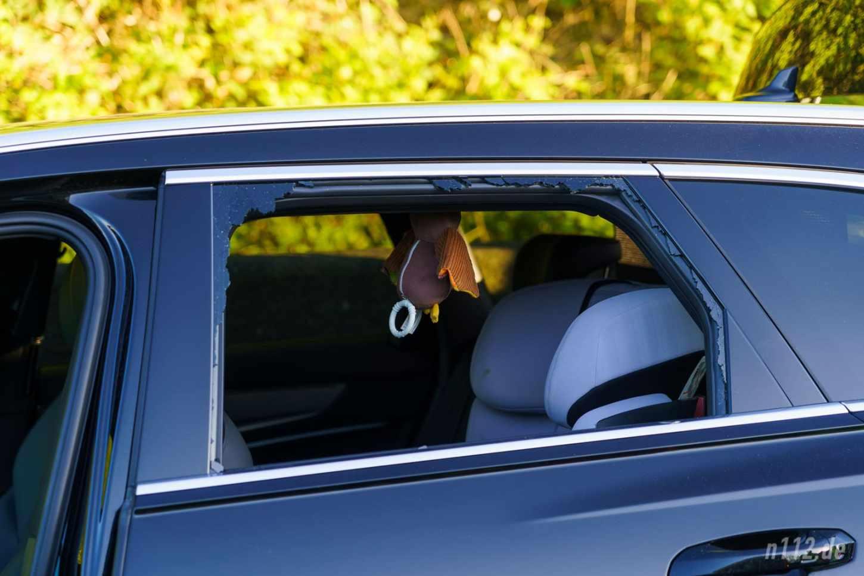 Der Rettungsdienst schlug die Scheibe des Audi ein, um den Bewusstlosen versorgen zu können (Foto: Stefan Hillen/n112.de)