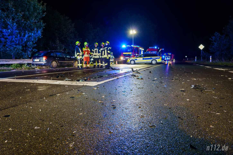 Großes Trümmerfeld: Die Unfallstelle an der Einmündung zum Maxi-Autohof an der B442 am Freitagabend (Foto: n112.de/Stefan Hillen)
