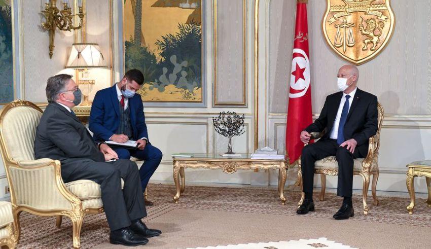 رئيس الجمهورية يُبلغ السفير