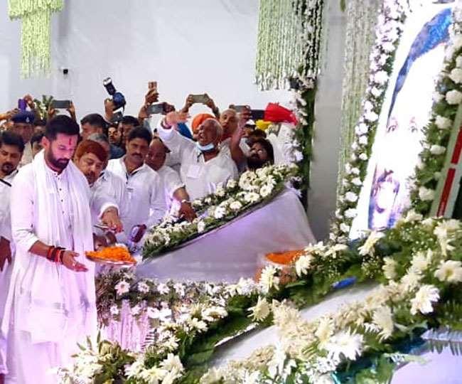 रामविलास की बरसी पर भावुक हुए पारस, लम्बे समय बाद एक साथ नजर आया पूरा  परिवार   N7 India News