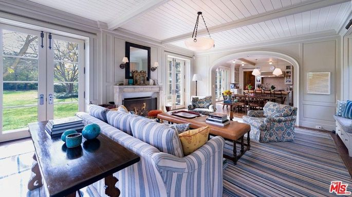 Family room that flows to the kitchen