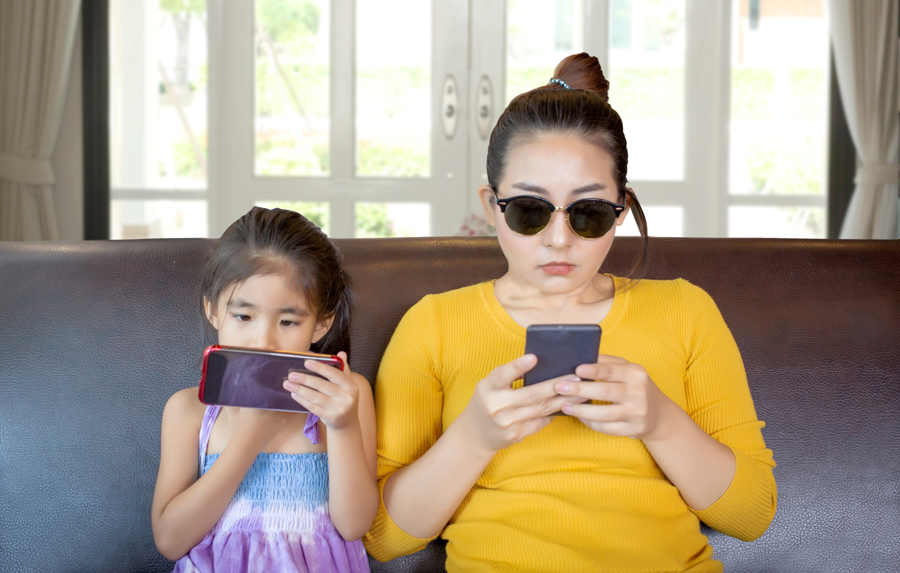 mother-kid-addicted-mobile-phone