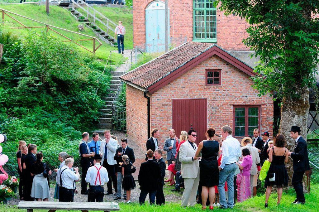 gäster utanför stora entrén Övre fabriken
