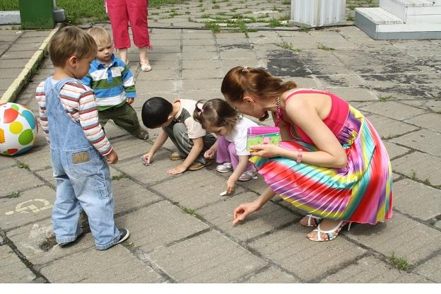 Радуга с детишками рисуют мелом