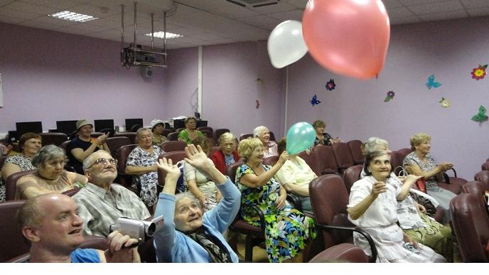 Зрители азартно включились в игру с шариками…
