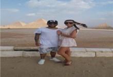 """Photo of لاعب الكرة البرازيلي """"دانييل الفيس"""" وزوجته يزوران الأهرامات"""