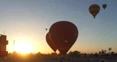 Photo of الأقصر يحلق في سمائه 8 رحلات بالون طائر على متنها 120 سائحا أجنبيا ومصريا