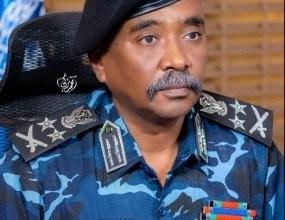 مدير عام الشرطة يتفقد جمارك مطار الخرطوم ويقف على ضبطية حبوب مخدرة
