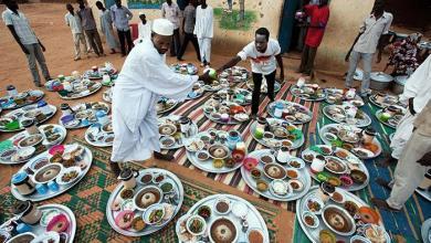 السودان: موائد الكرم الإجباري على قارعة الطريق وداعاً رمضان ..