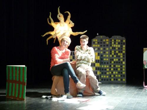 """Mise en place du spectacle """"Pierre le paresseux et le roi des Trolls"""". Ici avec Florent, un magicien !"""