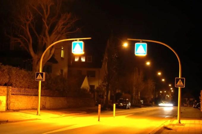 Natriumdampflampen bei einem Zebrastreifen (Axel Schwenke)