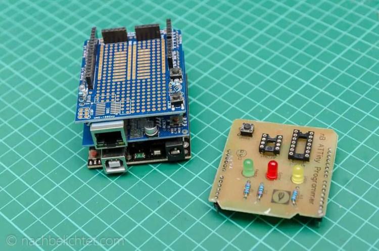 Arduino Uno mit Ethernet-Shield und Entwicklungs-Shield huckepack. Daneben ein von mir entwickeltes Programmier-Shield für ATTiny Controller