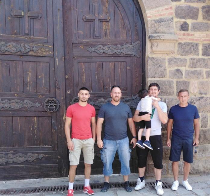 Са Страхињом Миленковићем испред манастира Грачаница, Фото: recineeu.wordpress.com
