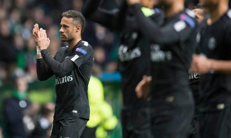 A Neymar le pagan por aplaudir