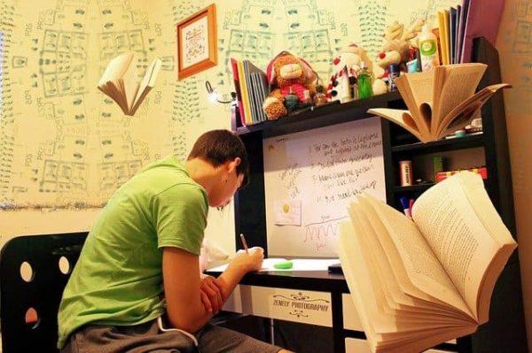 机に向かって勉強している人