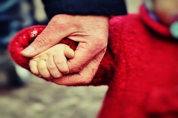 子どもと手をつなぐ画像