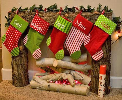 Рождественские носки у камина
