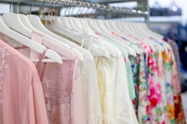 roupas com transparência no cabide