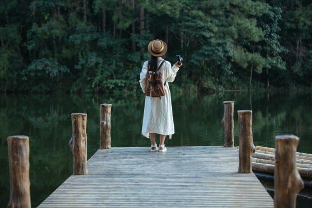 menina no lago