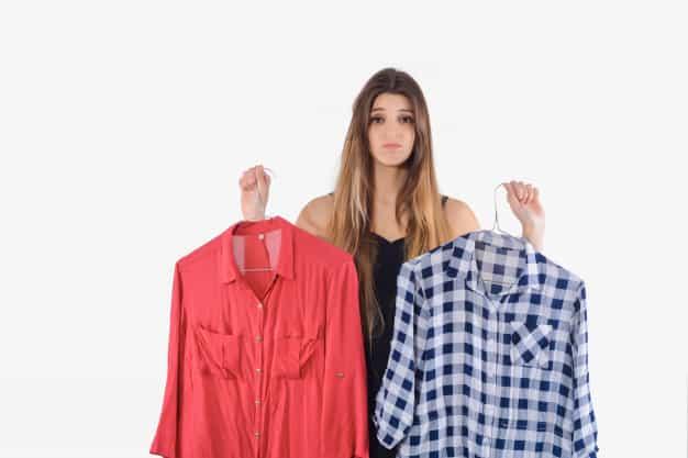 mulher escolhendo roupas