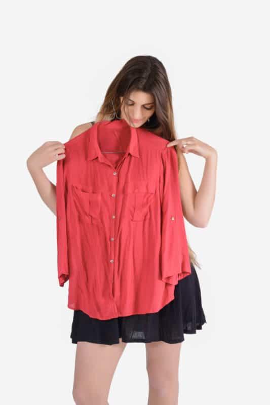 mulher experimentando roupa
