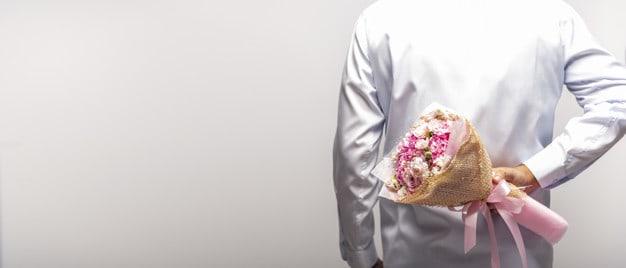 homem com flores