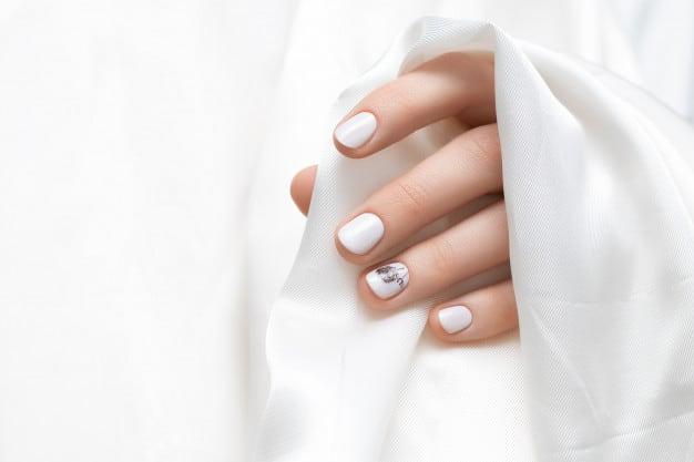 unhas decoradas branca