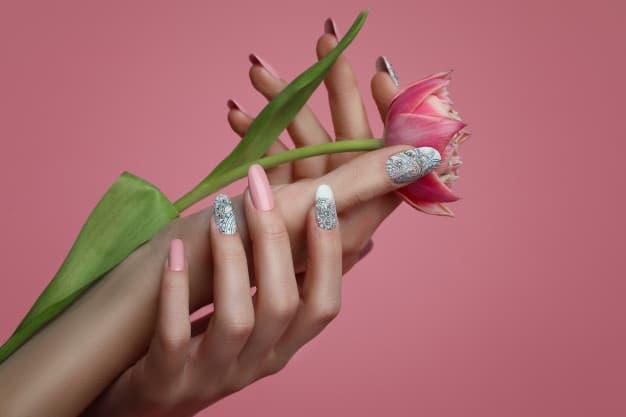 unhas decoradas branca e rosa