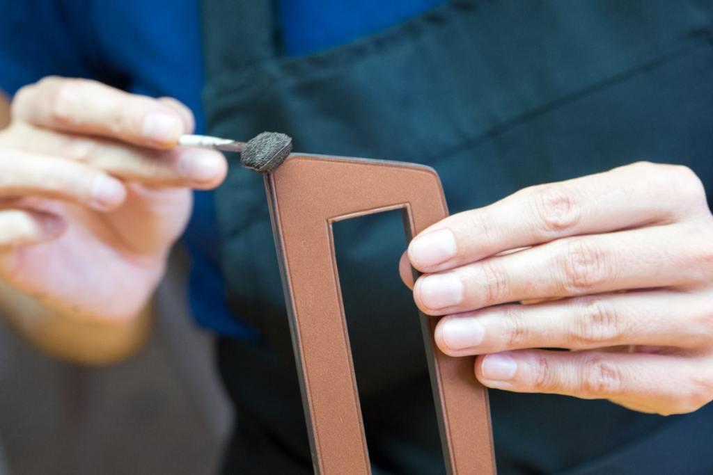 Issues de la tradition, les finitions selliers se caractérisent par un rendu lisse et bombé et une teinte toujours en harmonie avec le cuir.