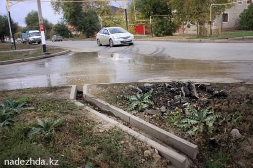 Бездействующий водоотвод по улице М.Ихсанова. Вода на дороге как стояла, так и стоит.//