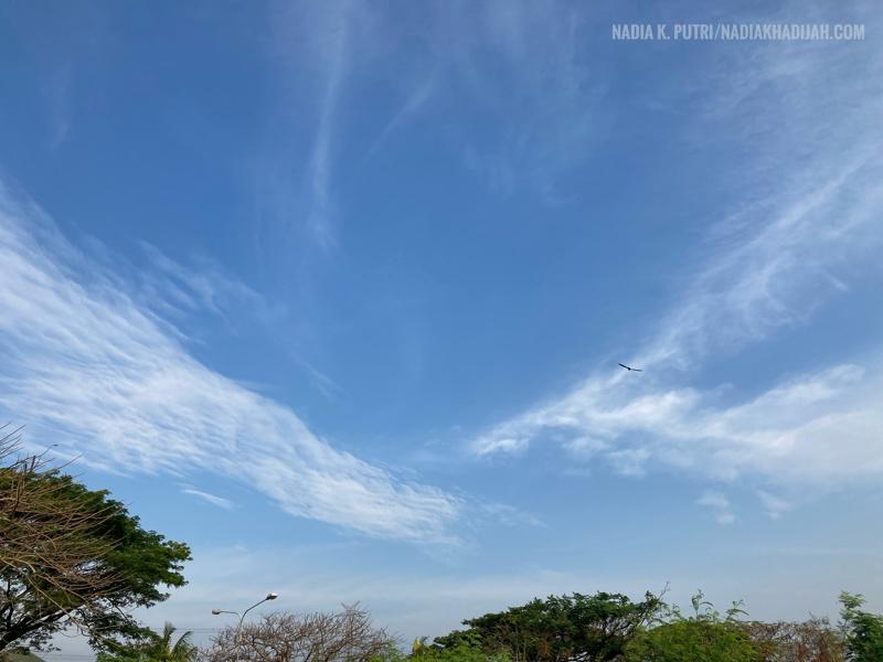 Pemandangan awan di langit secerah ini, hanya ada di lapangan kosong sekitaran Villa Mutiara Gading 2, Karangsatria, Tambun Utara, Kabupaten Bekasi (5 September 2021). Foto: Nadia K. Putri