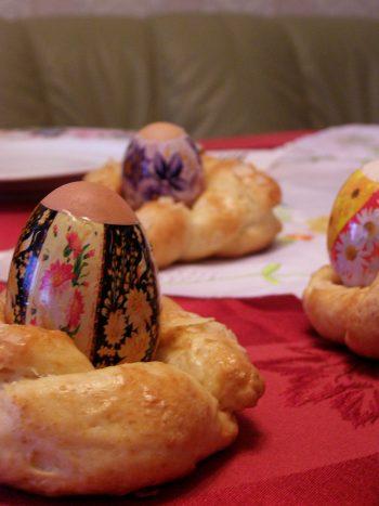 Bunte Ostereier zum Frühstück