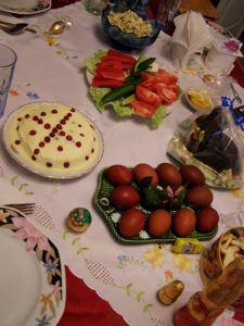 Ostertisch mit Pascha, Eiern, Olivie