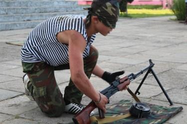 Die Jugendlichen können blind Waffen zusammen bauen