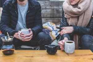 זוג שותה קפה