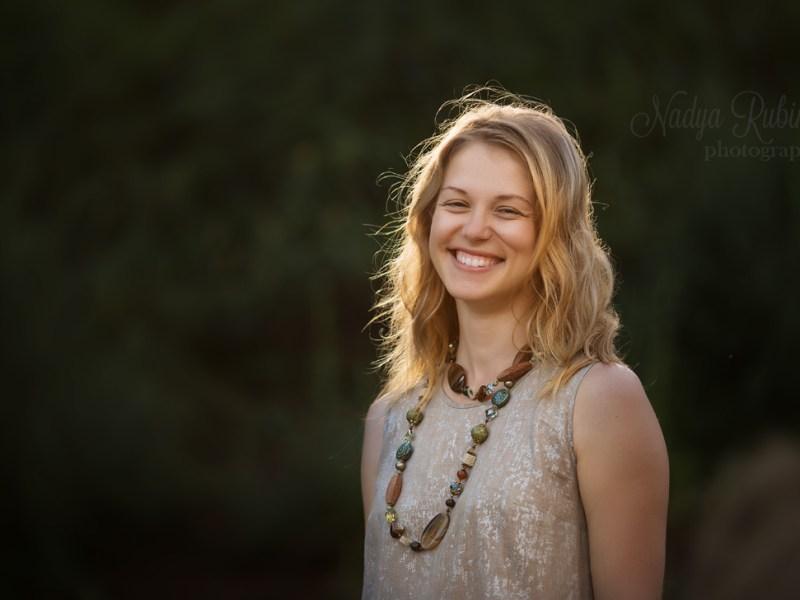 Портрет улыбающейся девушки. Природа.