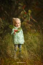Детская фотосессия на природе осенью у рябины. Детский фотограф в Риге, Надя Рубина.
