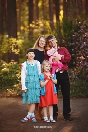 Семейная фотосессия в рододендронах в Бабите.