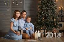 Новогодняя фотосессия 2018, семья: мама, папа, сыночек сидят