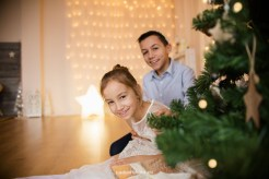 sister-brother-fun-portrait-christmas-tree-photo-studio-riga