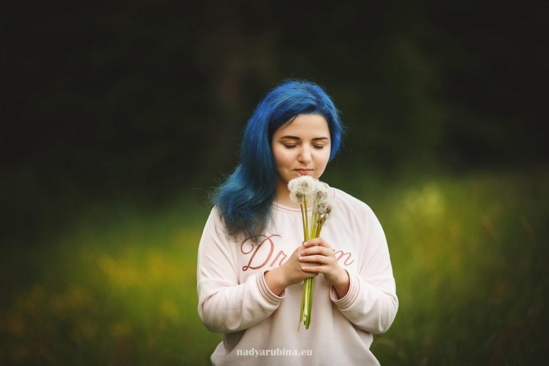 Девочка с голубыми волосами и отцвёвшие одуванчики.