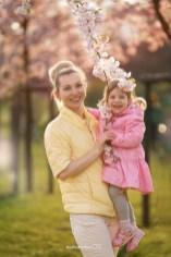 Семья: мама и дочка на фоне цветущей Сакуры в Риге. Фотограф Надя Рубина.