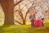 Семья: мама и сыновья на фоне цветущей черёмухи в Риге. Фотограф Надя Рубина
