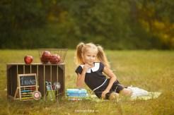 Мини-фотосессия первоклассницы в Риге на фоне леса. Яблоки, книги, школьная доска.