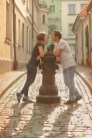 Фотосессия влюблённых в Старой Риге под дождём. Фотограф Надя Рубина.