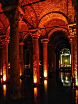 Der Wasserspeicher für den Großen Palast. Kaiser Justinian ließ die Zisterne zwischen 532 und etwa 542 erbauen. Sie fasst etwa 80.000 Kubikmetern Wasser. Das Wasser kam aus dem Umland über Aquädukte, die unter den Kaisern Hadrian und Valens erbaut wurden.